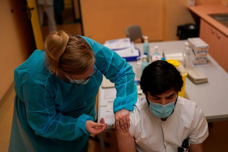 V Žiline začnú v nedeľu očkovať učiteľov do 55 rokov
