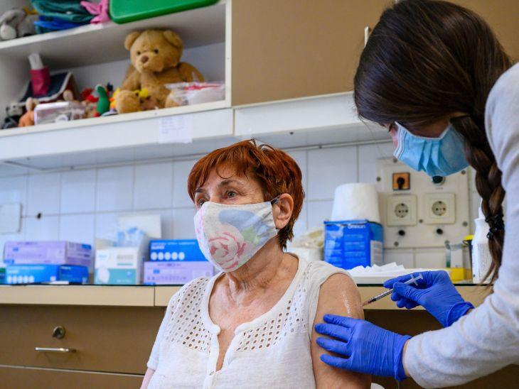 Prednosť pri očkovaní stále majú starší obyvatelia